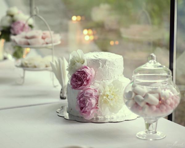 Vestuvinis tortas su bijūnais